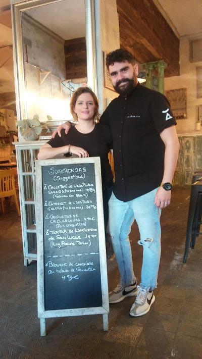 Tamara Cansino y Jesús Recio muestran una de sus pizarras de sugerencias. Foto. Cosasdecome