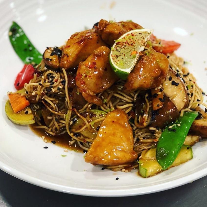 Los wok, en este caso de pez limón, son una de las muestras de fusión de cocinas del mundo de Sonámbulo. Foto: Cedida por el establecimiento.
