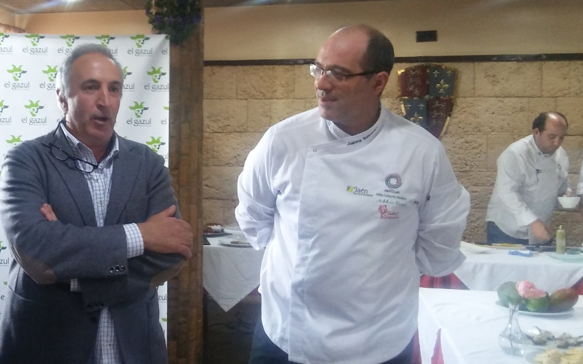 Jorge Puerto de la quesería El Gazul y Juan Manuel Ballestero del restaurante El Castillo durante la presentación de las jornadas. Foto: Cosasdecome