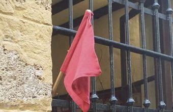 Bandera roja en la taberna La Sorpresa. Foto: Cedida por el establecimiento.