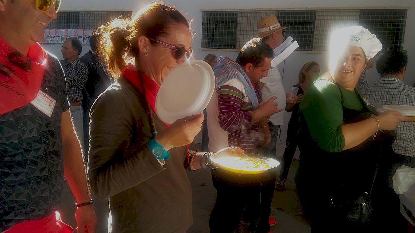 Una de las participantes hace entrega de los garbanzos de su peña.