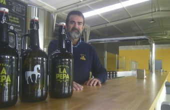 José Manuel Medina junto a la inmensa barra de Cervezas La Pepa. Foto: Cosasdecome