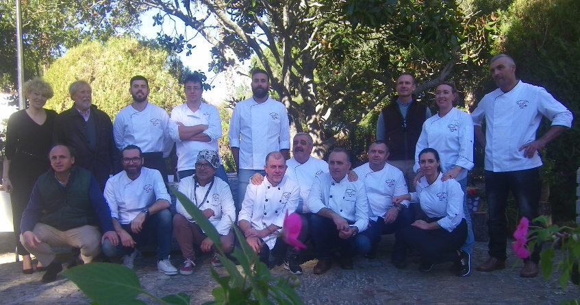 Los cocineros participantes en el encuentro posan junto a los directivos de la Finca Las Lomas. Foto: Cosasdecome