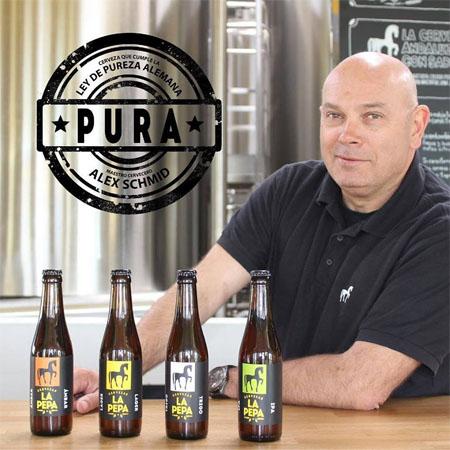 Alex Schmid, el maestro cervecero de La Pepa posa con el sello que reconoce la pureza del agua que utilizan para elaborar sus productos. Foto: Cedida por La Pepa