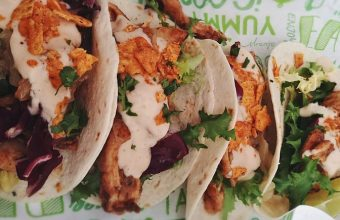 Tacos de pollo cajún, cebolla caramelizada y yogurt de chipotles ahumados y lima 847