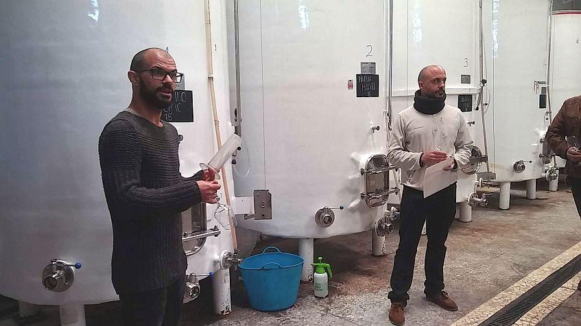 Miguel y José, explican los vinos copa en mano.
