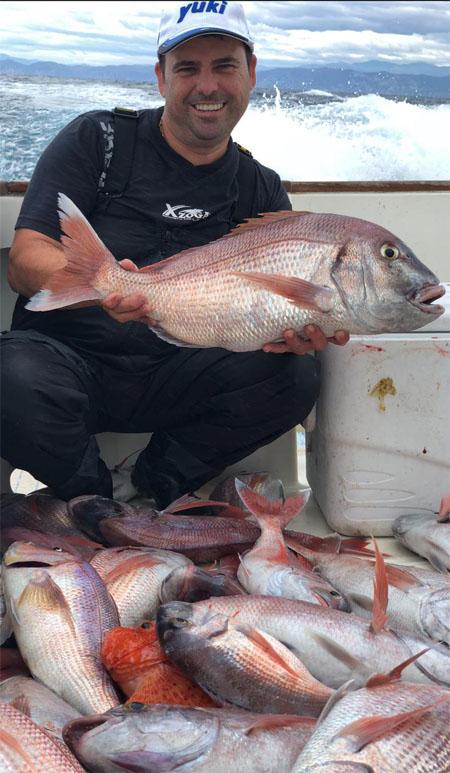 Rafael Saavedra con pescados recien capturados. Foto: Cedida por bar freiduría Jardines