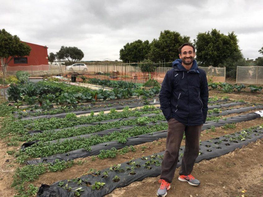 Paco Blasco, junto a su huerto. Foto: CosasDeComé.