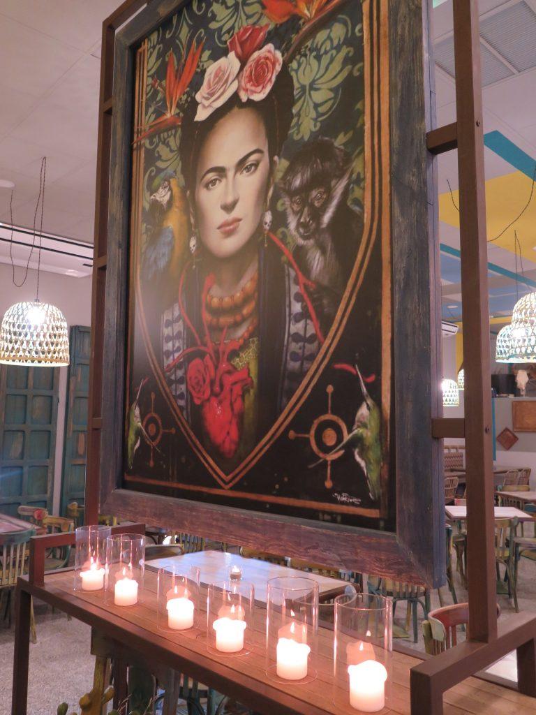 Impactante Frida Kahlo presidiendo el establecimiento. Foto: CosasDeComé