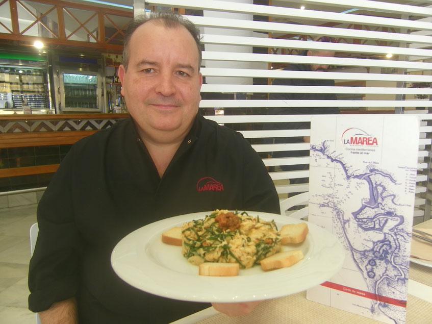 El cocinero Diego Barea Letrán de la cervecería La Marea de Cádiz con su plato de revuelto de erizos y salicornia. Foto: Cosasdecome.