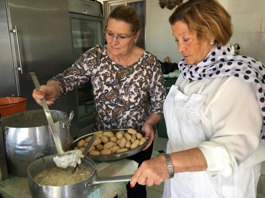 Las cocineras preparando sus famosas tortillas de camarones. Foto: CosasDeComé.