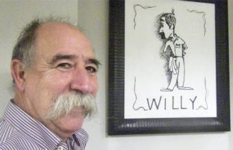 Antonio López Vega, Willy, junto a una caritaura suya que se ha convertido en el logotipo delestablecimiento. Foto: Cosasdecome