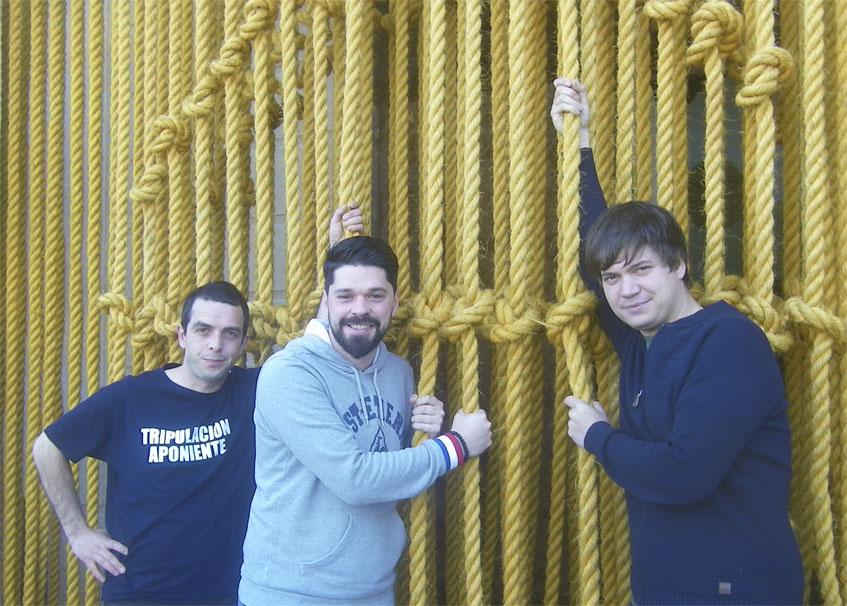 """Los cocineros Alan Iglesias, Luis Callealta y David Chamorro a la entrada de Aponiente, este año con una """"cortina"""" hecha con maromas. Foto: Cosasdecome"""