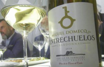 El blanco Chardonnay Entrechuelos de la bodega Miguel Domecq. Foto: Cosasdecome
