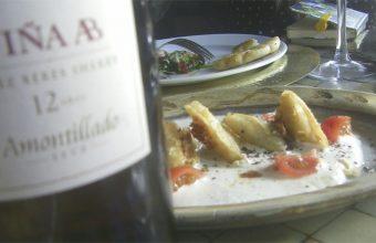 Los breuats, uno de los platos del Jardin del Califa de Vejer junto a una botella del amontillado Viña AB de González Byass. Foto: Cosasdecome