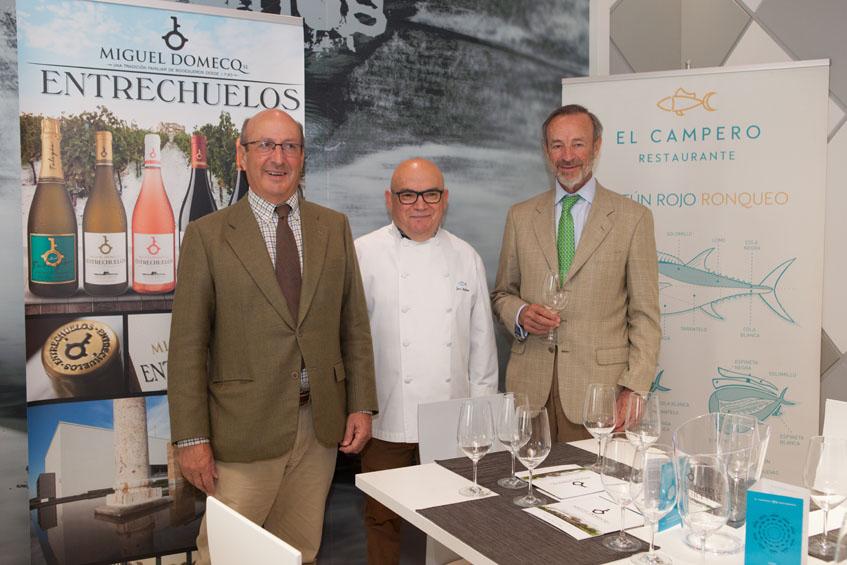 Los hermanos Rafael y Miguel Domecq en la presentación de los vinos junto al gerente del restaurante El Campero, Pepe Melero. Foto: Cedida por bodegas Miguel Domecq
