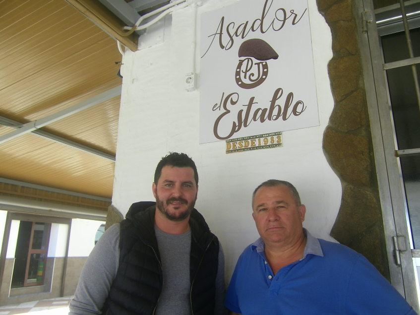 Pedro Morillo y Rufino en el Asador El Establo, el establecimiento que regentan en el paseo marítimo de Barbate. Foto: Cosasdecome