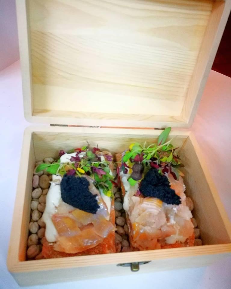 Crunch de bacalao ahumado, tártara y huevas de mar.