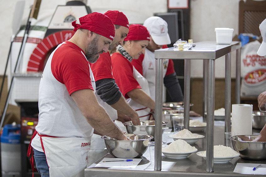 El primer curso de la escuela pizzera. Esta y la imagen de arriba son del fotógrafo Román Ríos y cedidas por el establecimento.