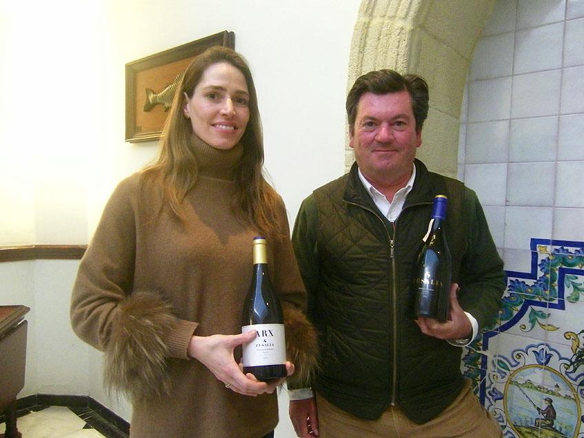Natalia Golding y el enólogo durante la presentación de sus vinos en el restaurante El Faro de El Puerto. Foto: Cosasdecome