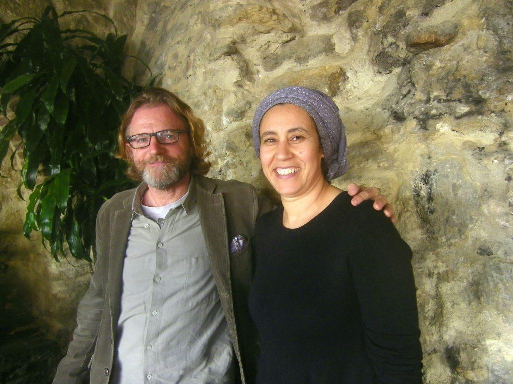 James Stuart, copropietario de El Califa junto a la jefa de cocina y gerente del establecimiento Khadija Essaadi. Foto: Cosasdecome