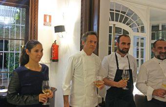 Javier Torres durante la presentación de la cena junto a la hija de Santi Santamaría y algunos de los cocineros que elaboraron la comida. Foto: Cosasdecome