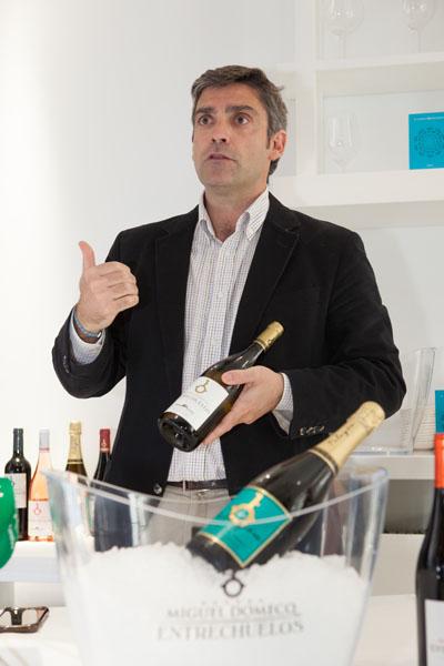 El enólogo de la bodega Joaquín Gómez Besser durante la presentación de los vinos. Foto: Cedida por la bodega.