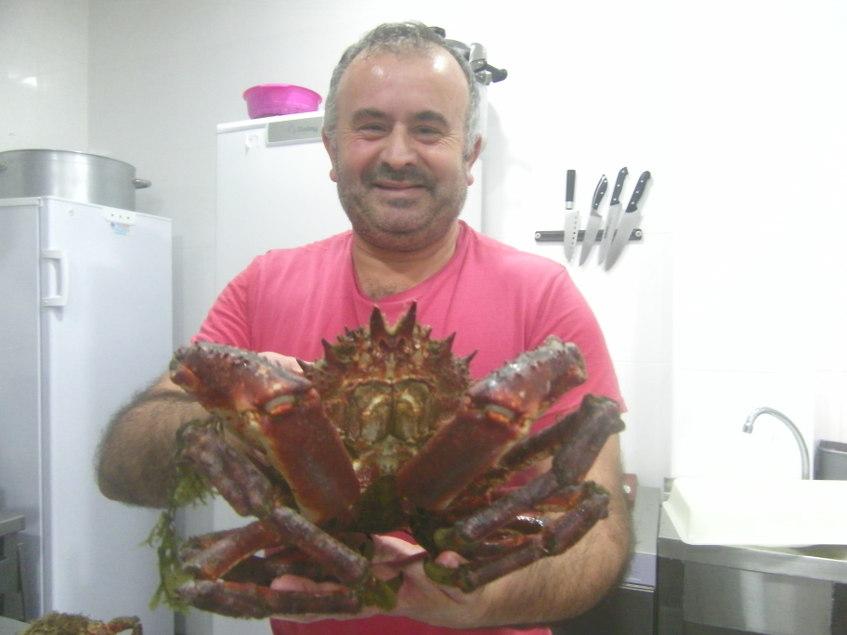 Manuel Malia con un impresionante Centollo de los que sirve en su establecimiento, la cervecería La Rubia de Barbate. Foto: Cosasdecome