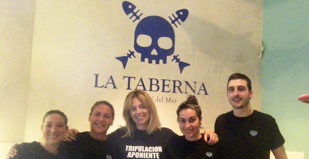 Marta Girón, la gerente de la taberna, con parte de su equipo del establecimiento. A su lado, con una cinta en el pelo . Foto: Cosasdecome