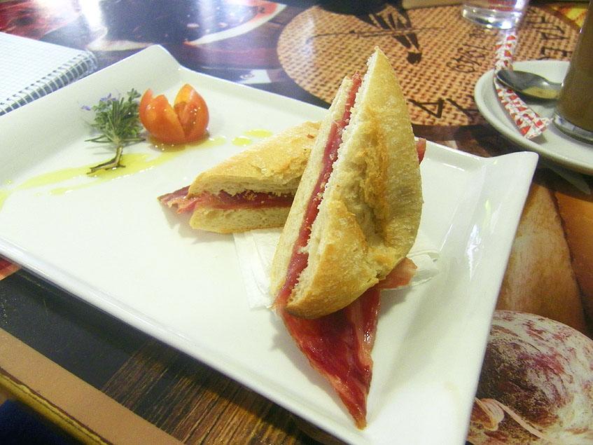 Así presentan el montadito de jamón ibérico en la Venta Estebana. La cosa sale por 3,50 euros. Foto: Cosasdecome