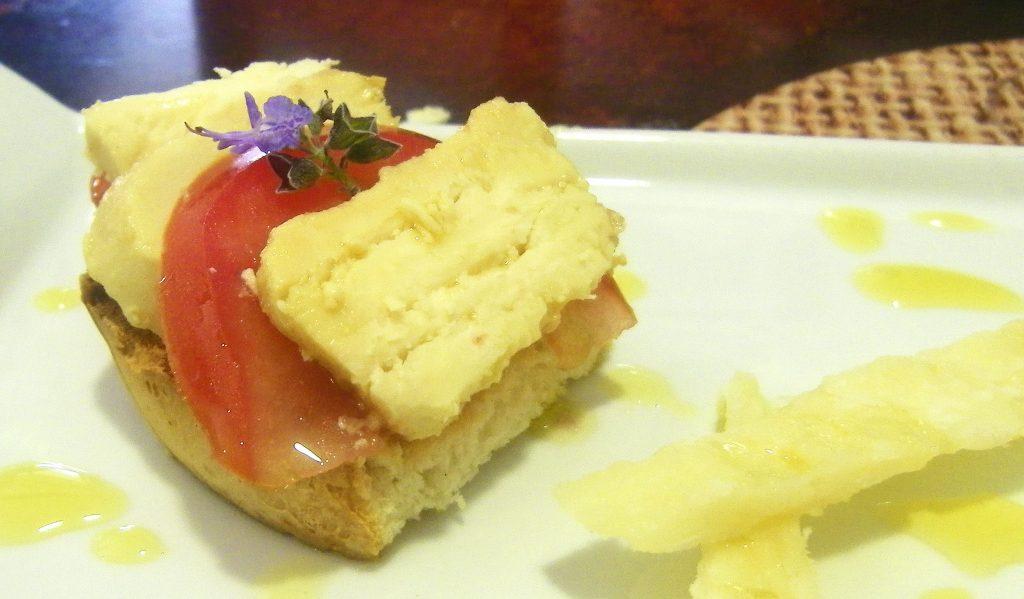 El montadito de queso y tomate de la Venta Estabana. Foto: Cosasdecome