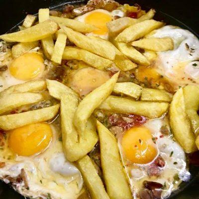 Los huevos fritos con patatas, en el aceite del bogavante.