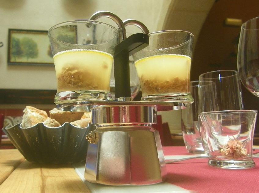 Así se sirve el caldito del puchero en el menú degustación de La Bodeguilla del Bar Jamón. Foto: Cosasdecome