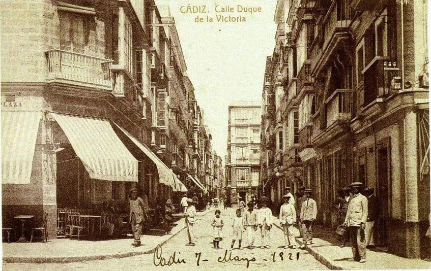 Foto de la calle Nueva en el año 1929. Pueden verse los toldos de rayas como los que ahora quieren colocar en Casa Angelita. Foto: Cedida por grupo Arsenio Manila