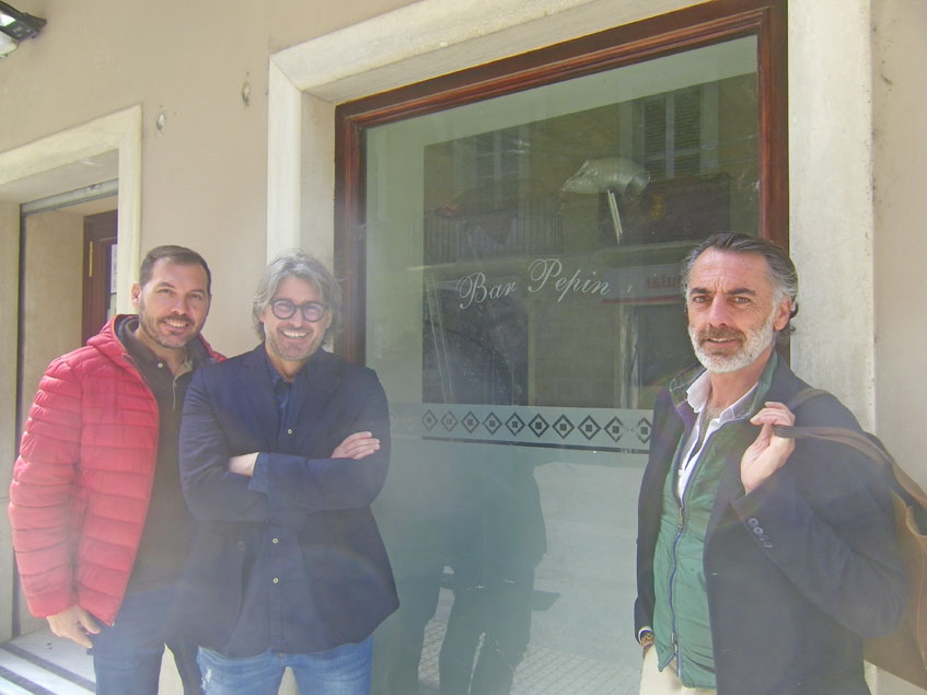 Elías Saavedra, Raúl Cueto y Gaspar Sobrino posan junto al local que acogerá a Casa Angelita en la calle Nueva de Cádiz. En el cristal todavía puede verse la inscripción del Bar Pepín. Foto: Cosasdecome