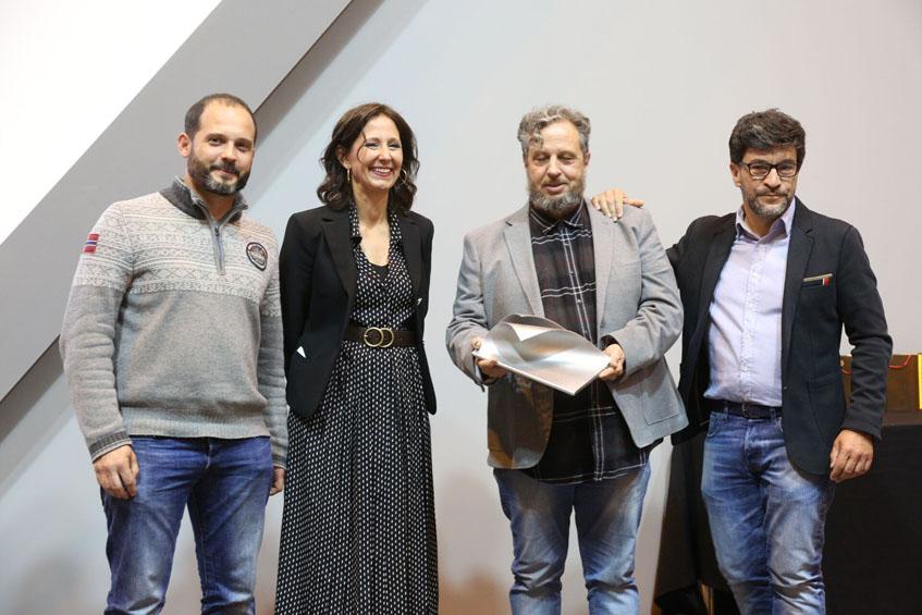 Flequi Berruti con el premio obtenido posa junto a sus socios de la Tintoteria y Reyes López, directora adjunta del grupo Gourmet. Foto: Cedida por el Salón del Gourmet.