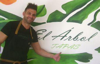 El cocinero José Luis García Vega en su establecimiento el arbol tapas de Chiclana. Foto: Cosasdecome