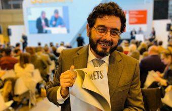 Pepe Monforte de Cosasdecome con el premio del Club del Gourmet. Foto: Probando Probando
