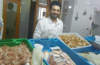 Antonio Saborido en su pescadería y freidor en la calle San Agustín de Jerez. Foto: Cosasdecome
