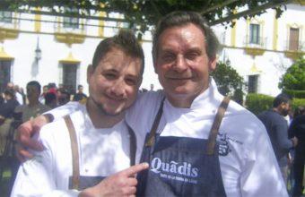 Los cocineros Sandro Gil del Mesón El Tabanco y Diego Medina del catering La Mina, ganadores de la segunda edición del concurso Mejor Chef de la Sierra de Cádiz. Foto: Cosasdecome