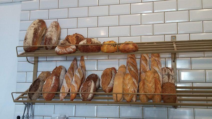 El surtido de panes, elaborados por el establecimiento.
