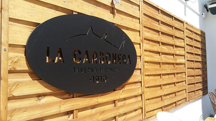 Detalle del logotipo en la terraza.