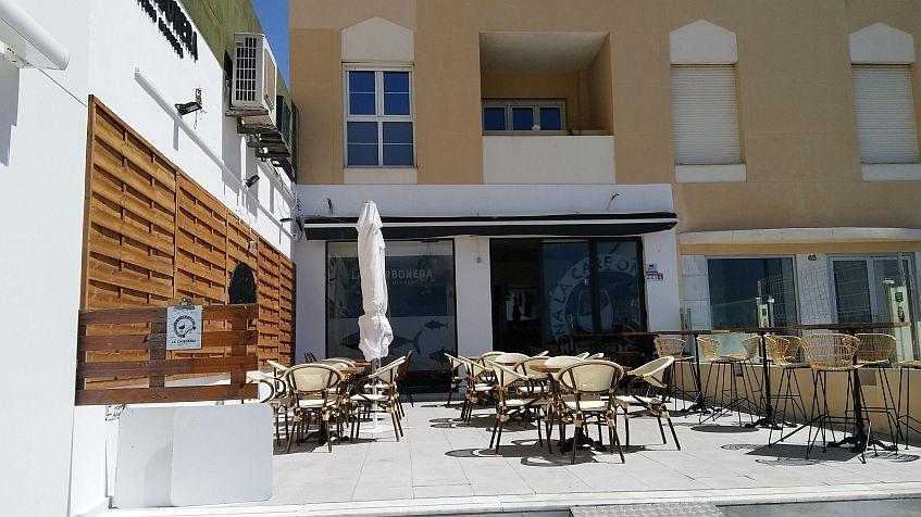 La terraza, frente a la playa.