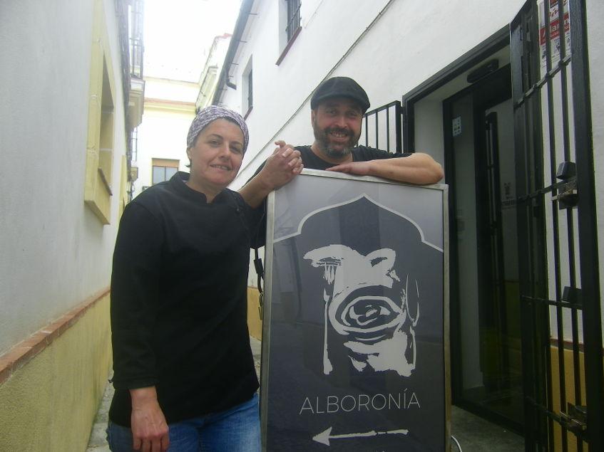 Adelina Pandelet y Victor Marín a las puertas de su establecimiento en el centro de Jerez. Foto: Cosasdecome.