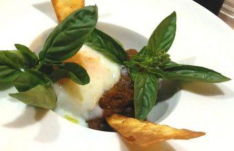 Las berenjenas ahumadas con huevo, uno de los platos estrella de Alboronía en Jerez. Foto: Cosasdecome