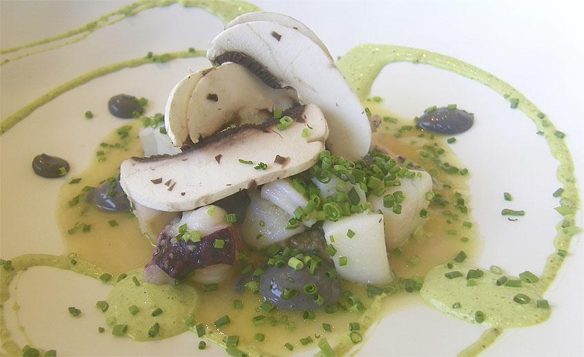 El choco champi, un guiso de dados de chocos con champiñones. Foto: Cosasdecome