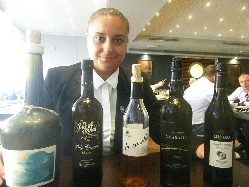 Cristina, la somelier de El Campero con los vinos que se sirven en el menú degustación. Foto: Cosasdecome