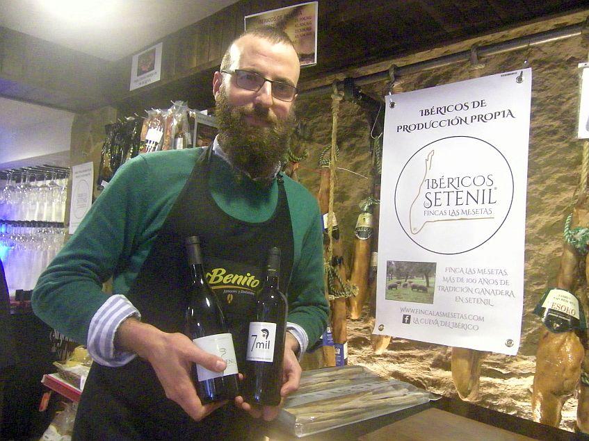 Daniel Camacho con sus vinos en Cueva del Iberico