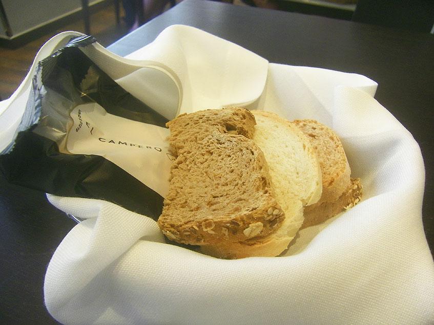 La cesta de pan que acompaña a la comida. Foto: Cosasdecome