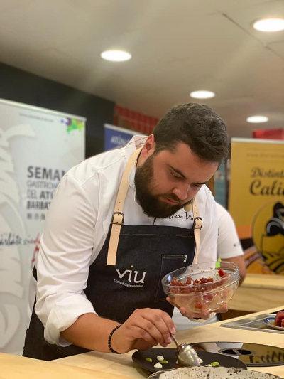 El cocinero Juan Viu durante la pasada feria del atún. Foto: Cedida por Viu Espacio Gastronómico